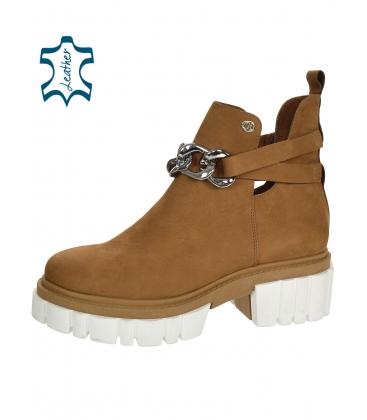 Hnědé kotníkové boty na vyšší podešvi s ozdobou 2305