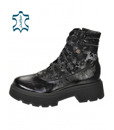 Černé lesklé kotníkové kozačky s maskáčovým vzorem DKO3405
