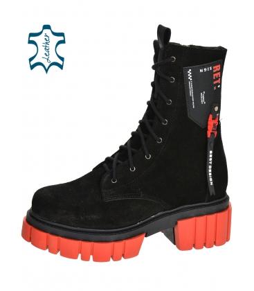Černé pohodlné kotníkové kozačky s červenou podešví DKO2277