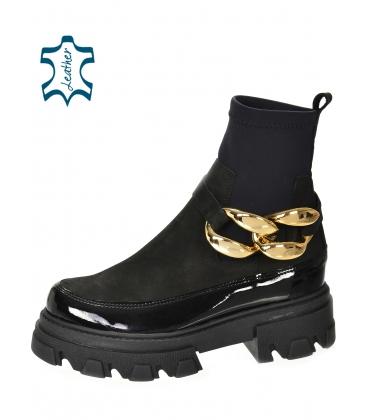 Černé kotníkové lakované kozačky s elastickým materiálem a zlatou ozdobou DKO2284