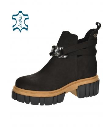 Černé kotníkové boty na vyšší podešvi s ozdobou 2305
